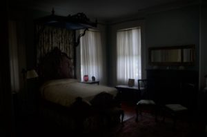 Тиха темная комната
