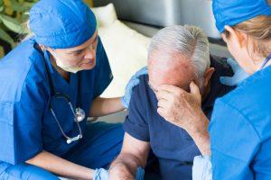 Признаки инсульта требуют немедленной медицинской помощи.