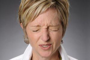 Симптомы Туретта включают частое моргание