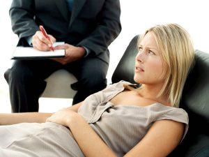 Женщина и терапевт